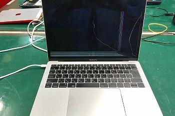 充電ケーブルを挟んだままノートPCを運んでヒビが…→液晶交換修理
